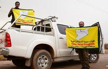 Deux combattants syriaques mettent en evidence leur engagement à combattre l'EIIL