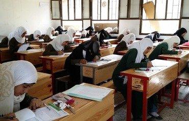 الطلاب اليمنيون النازحون يجرون امتحاناتهم في صنعاء