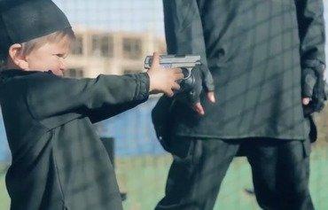 داعش تحوّل الأطفال إلى سفاحين في آخر إصدار مرئي لها
