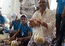 اليمنيون يبادرون لمساعدة المحتاجين خلال رمضان