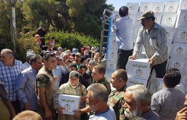 Lebanese army distributes food in border towns