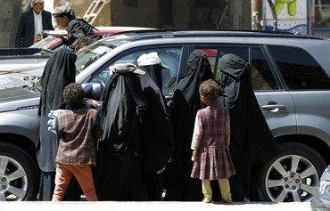 الاقتصاديون يحذرون من ارتفاع معدلات الفقر مع تراجع قيمة الريال اليمني
