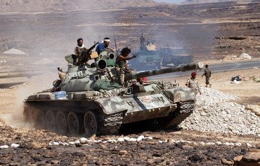 أهالي مدينة الحوطة يحتفلون بطرد القاعدة