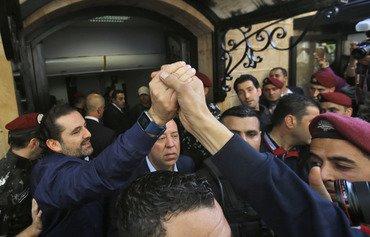 الحريري يعلّق استقالته ويتعهد بالبقاء في لبنان