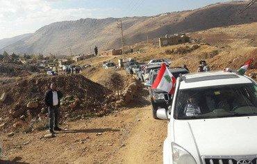 عائلات نازحة تعود إلى بلدة لبنانية على الحدود