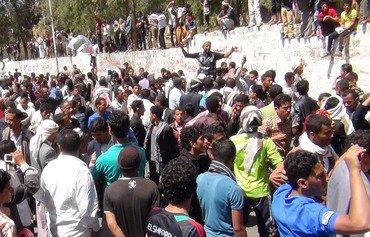 الحوثييون يحاصرون أهالي مديرية الشّعِر بمحافظة إب