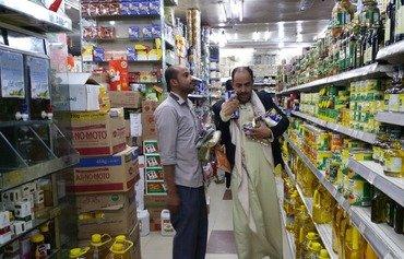 ارتفاع أسعار المواد الغذائية خلال رمضان يحبط اليمنيين