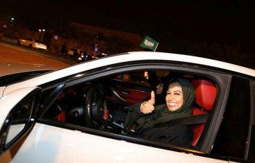 السعوديات فرحات برفع الحظر عن قيادة المرأة للسيارة