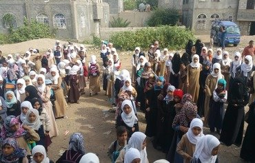 Amid war, Yemeni teacher opens school in his home