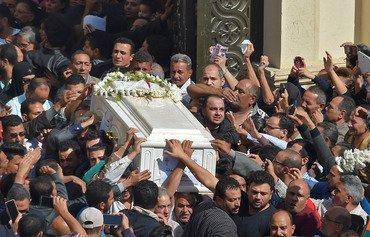 قبطی های خشمگین برای قربانیان حمله اتوبوس در مصر عزاداری می کنند