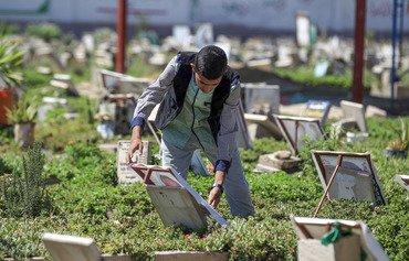 أطفال يمنيون يسعون للعمل في المقابر