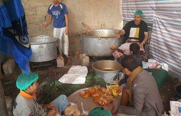 المطابخ الخيرية في صنعاء تطعم الفقراء والنازحين