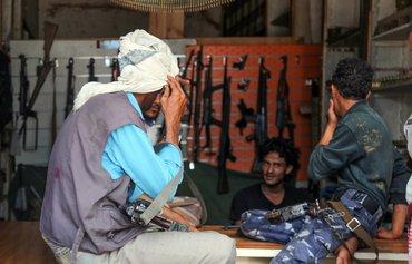 من الحرف اليدوية إلى الكلاشنيكوف: ازدهار سوق السلاح في تعز اليمنية