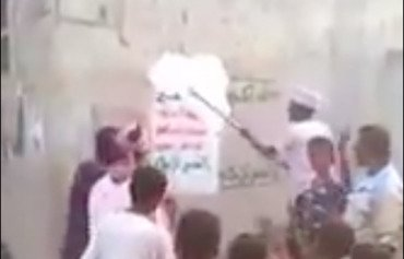 Yemenis remove Houthi posters in al-Hodeida